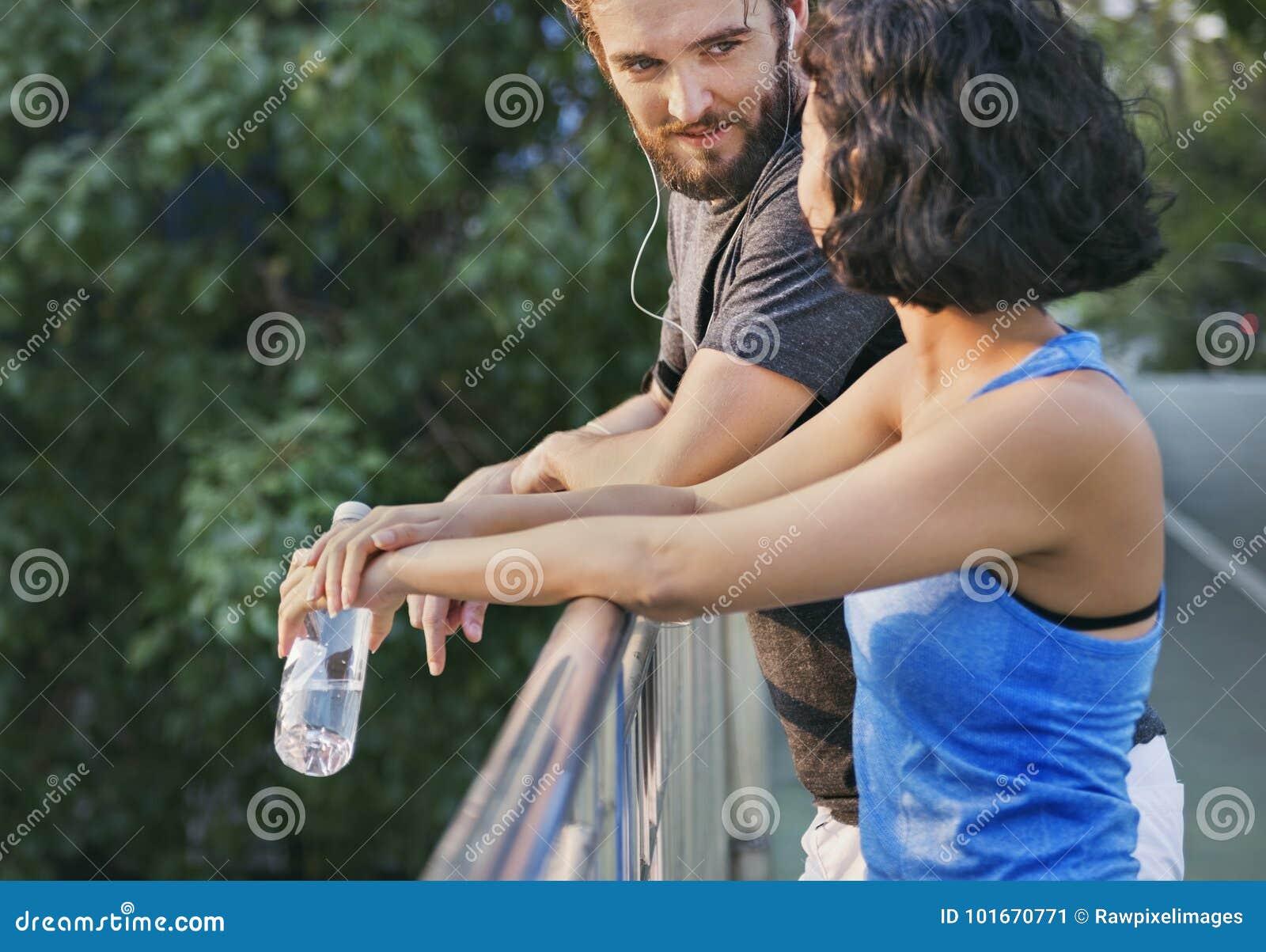 Couples établissant ensemble le concept