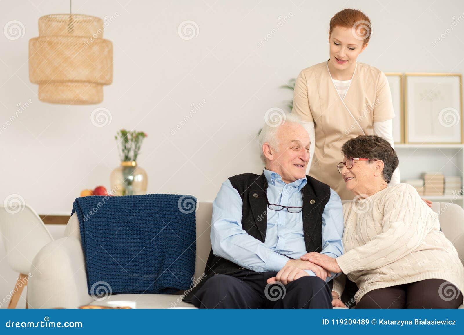 Couples aînés à la maison