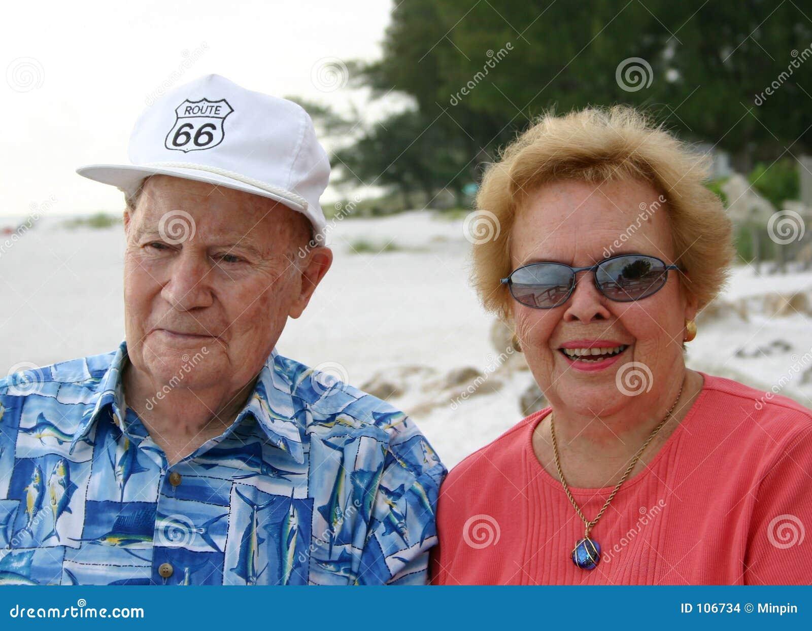 Couples aînés à la plage