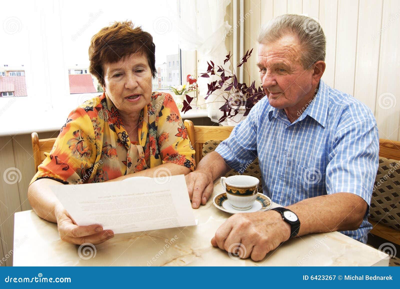 Couples aînés étudiant le document
