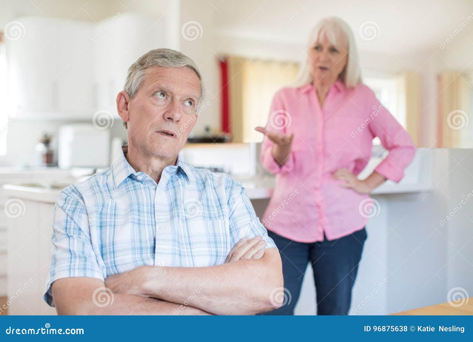 Couples aînés ayant l argument à la maison