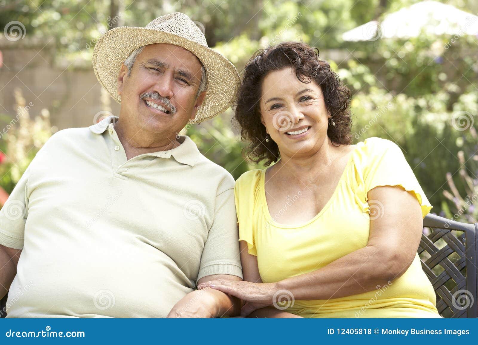 Couples aînés détendant dans le jardin ensemble