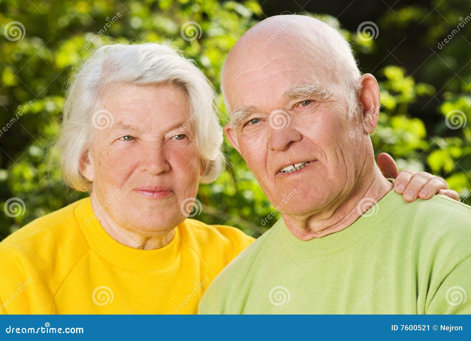Couples aînés dans l amour à l extérieur