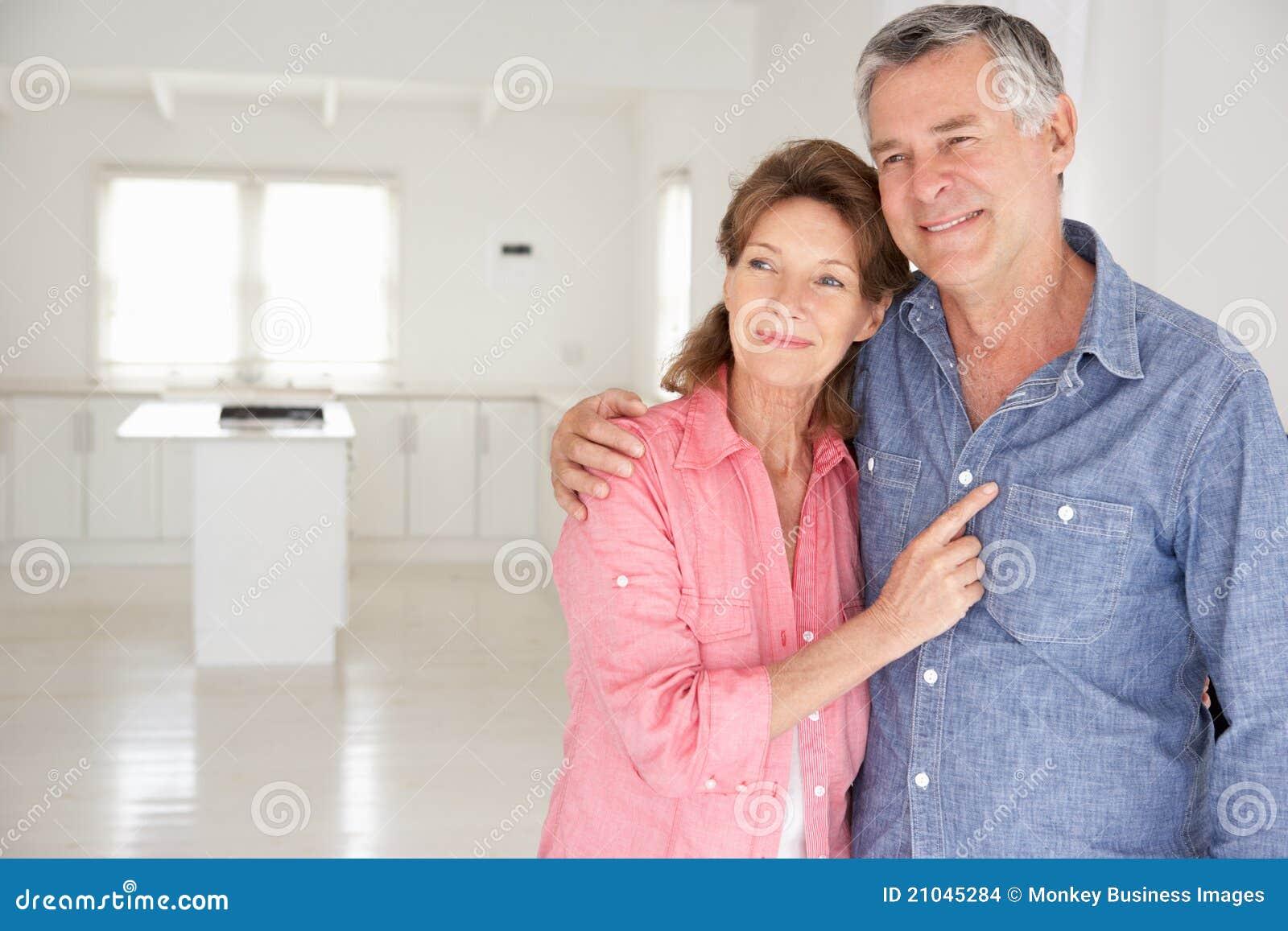 Couples aînés dans la maison neuve