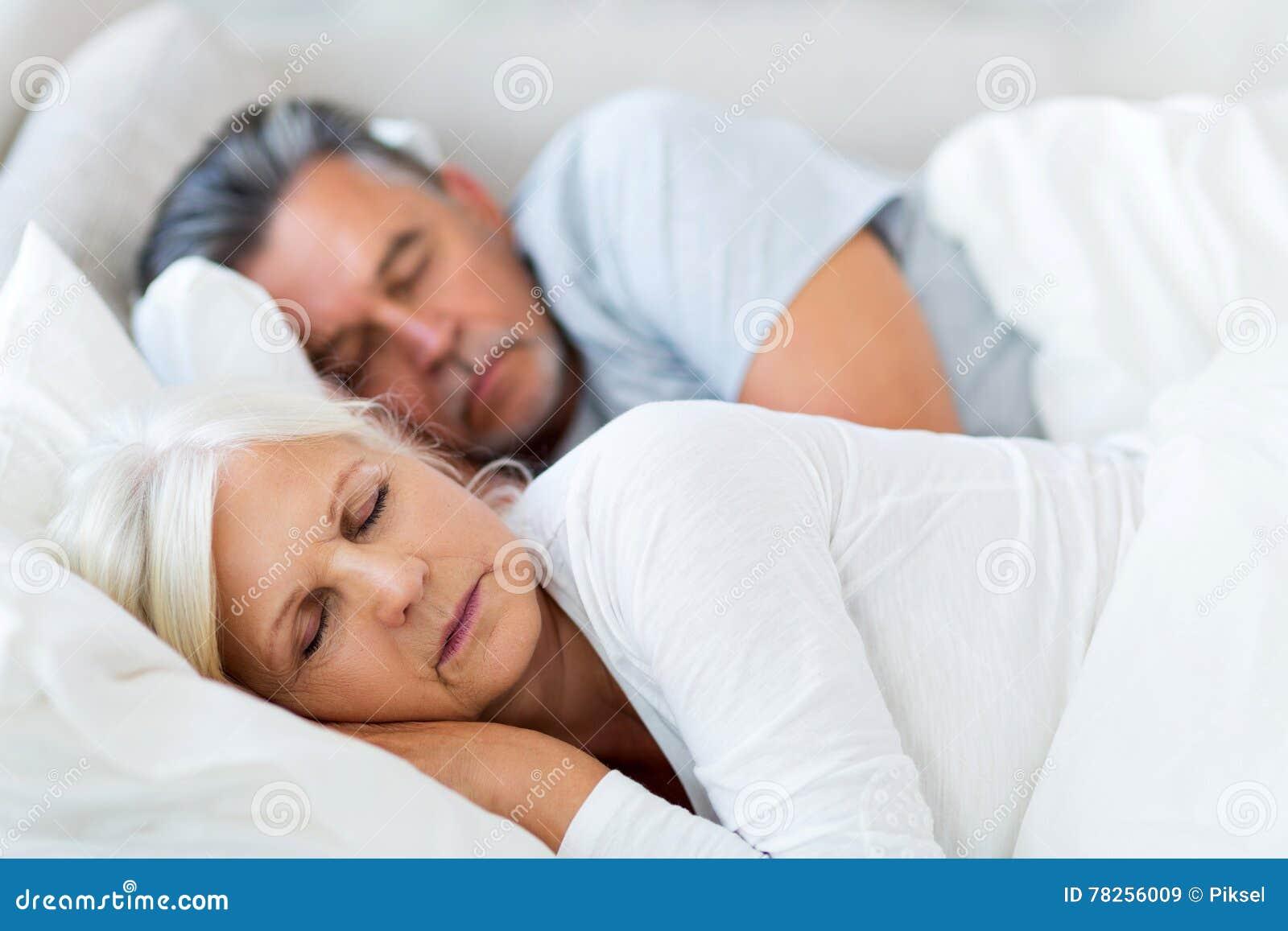 Couples aînés dormant dans le bâti