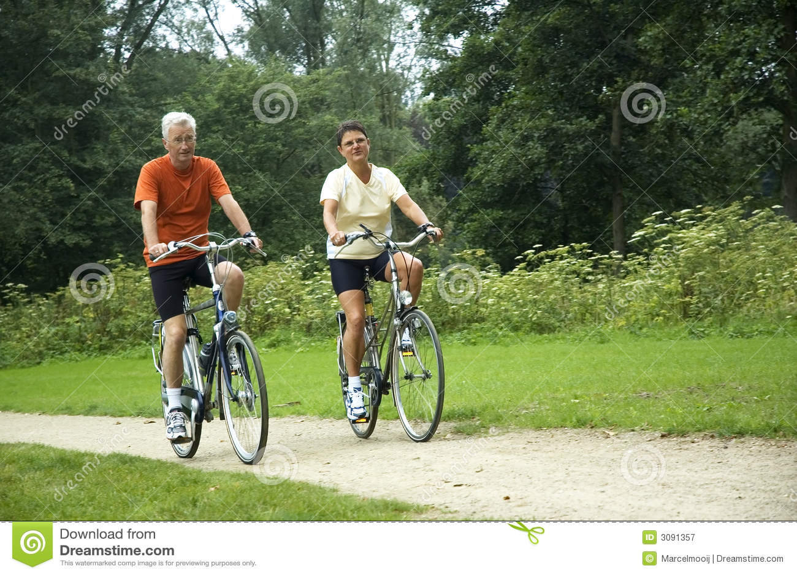 Couples aînés faisants du vélo