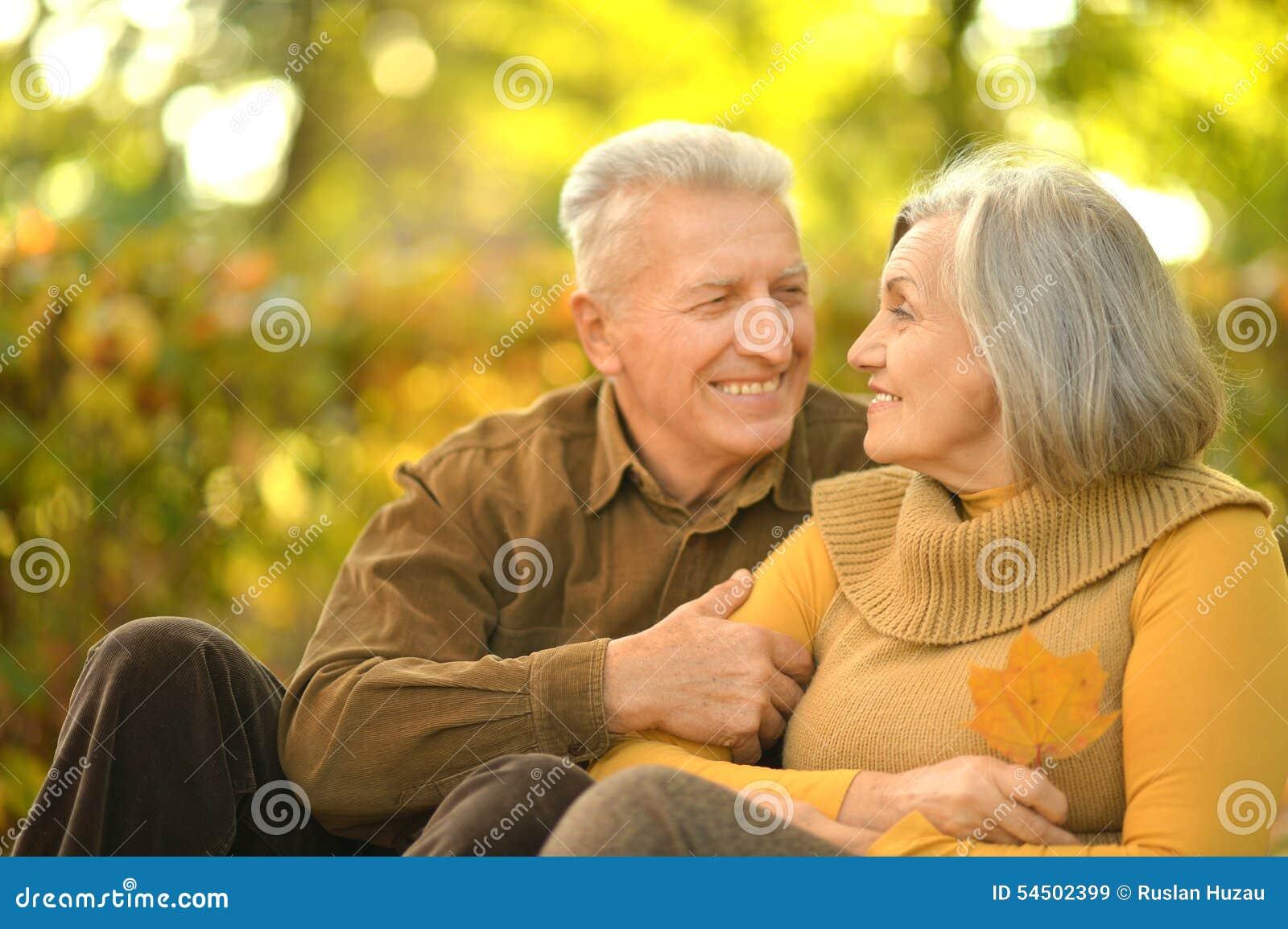Couples aînés heureux