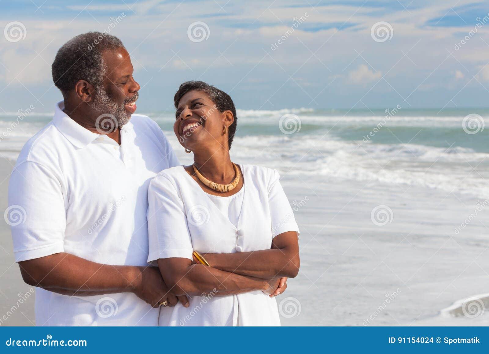 Couples aînés heureux d Afro-américain sur la plage