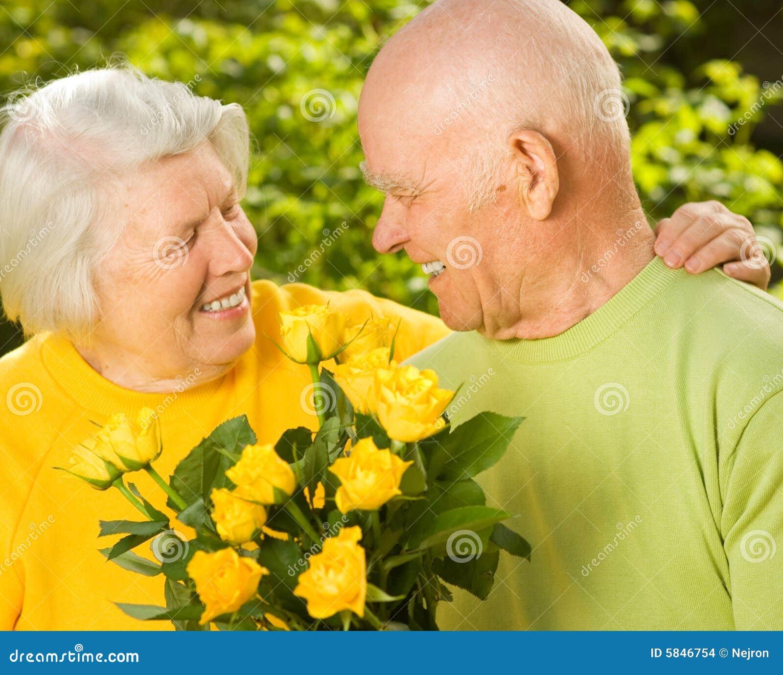 Couples aînés heureux dans l amour