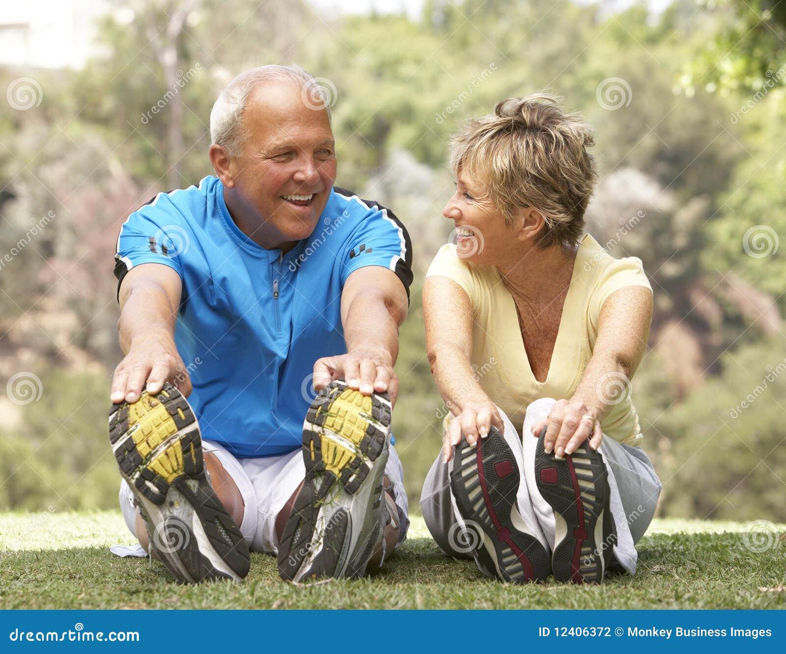 Couples aînés s exerçant en stationnement
