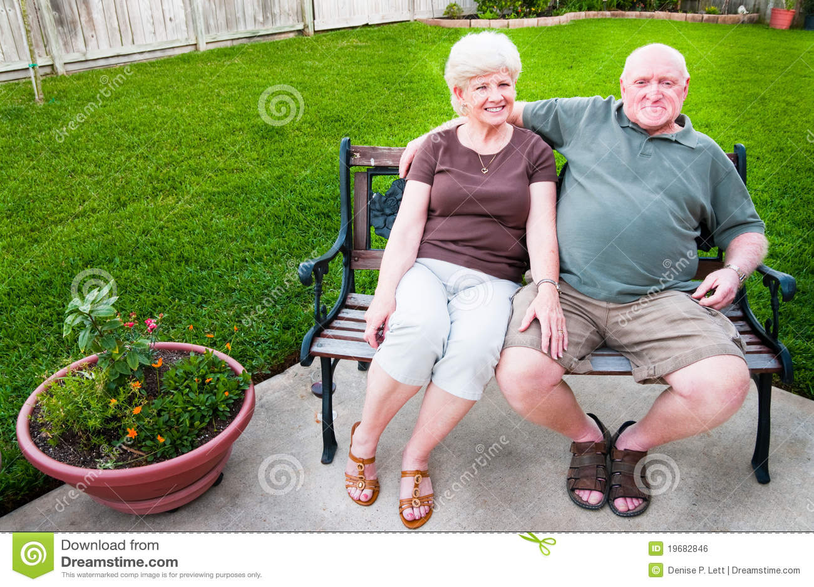 Couples aînés sur le banc