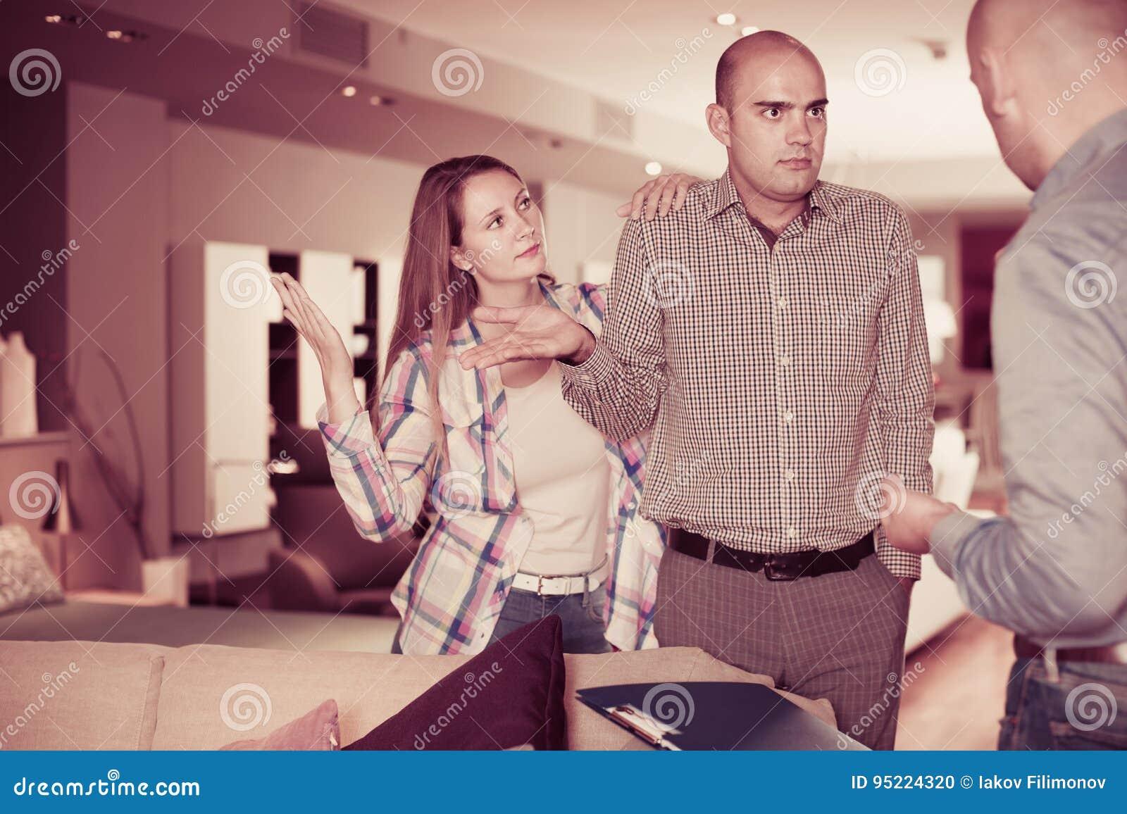 Couples adultes de famille mécontents avec le service