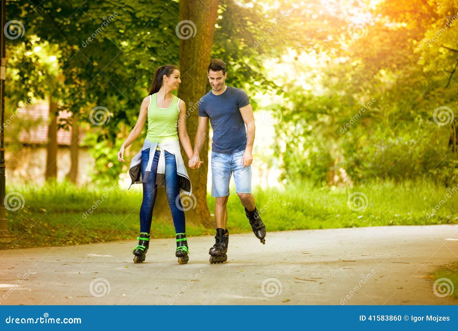 Couples affectueux ayant la récréation de loisirs