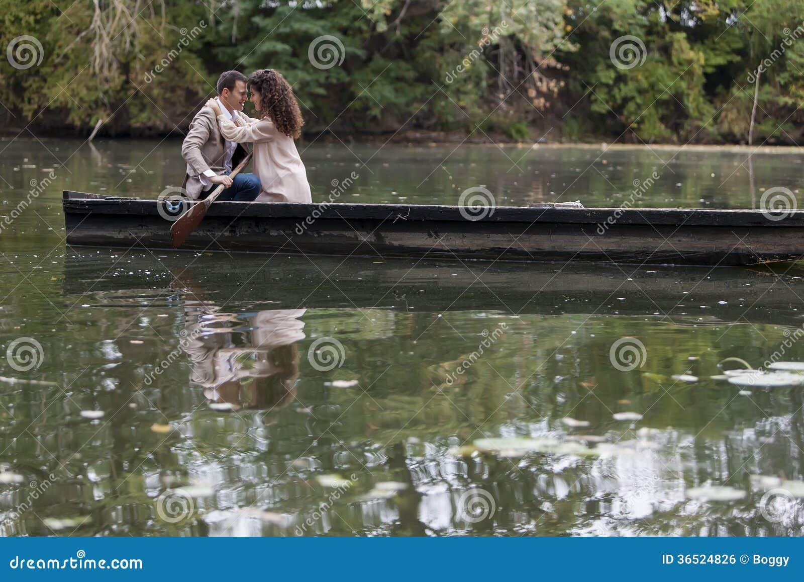 Couples affectueux dans le bateau