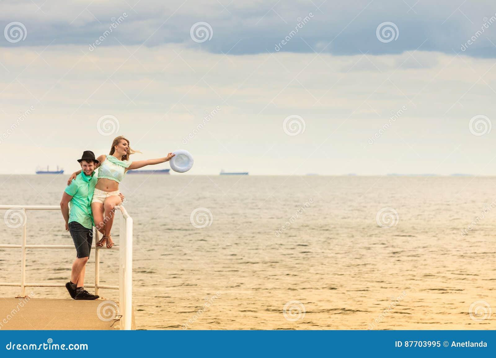 Couples affectueux de hippie sur la jetée de mer