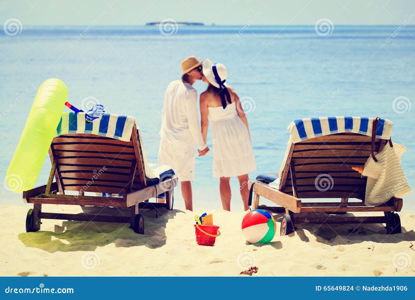 Couples affectueux embrassant sur la plage tropicale