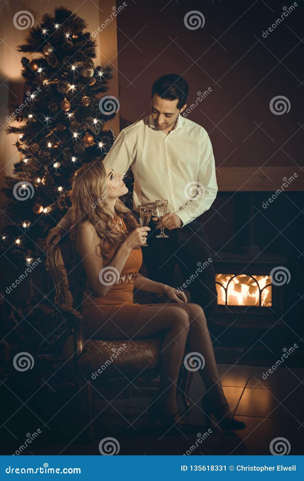Couples aimants célébrant avec Champagne