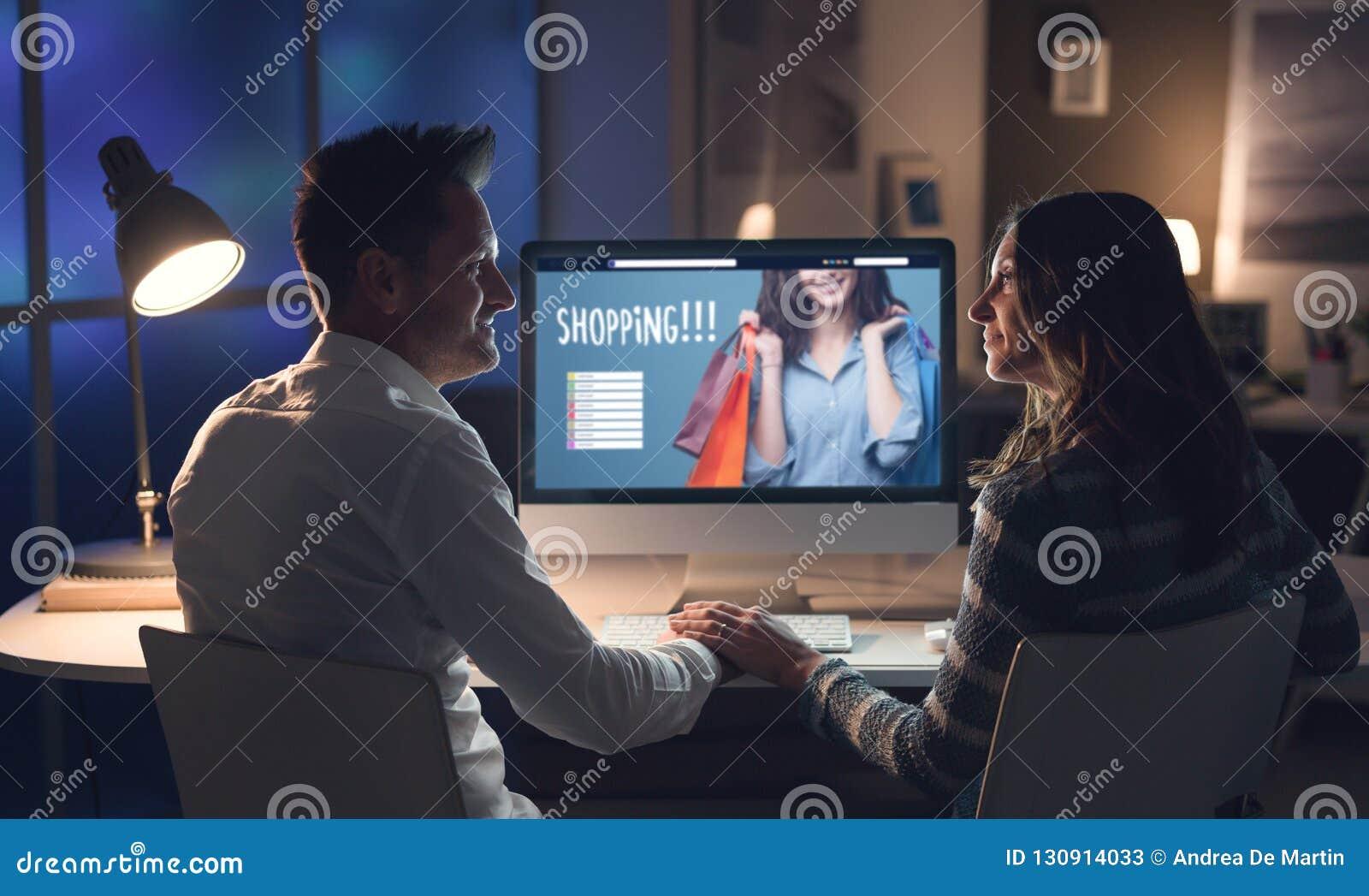 Couples aimants faisant des achats en ligne