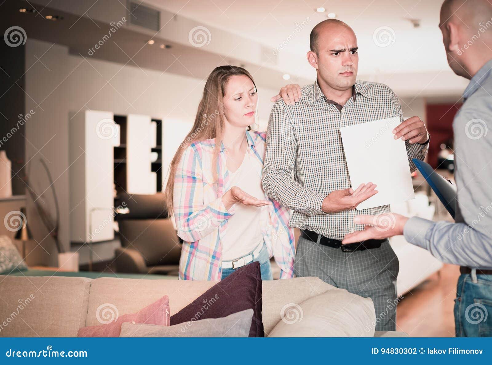 Couples amicaux de famille mécontents avec le service