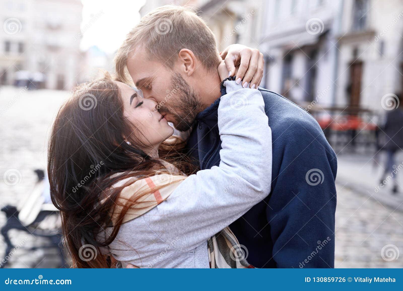 Couples amoureux étreignant et embrassant pendant la promenade de ville