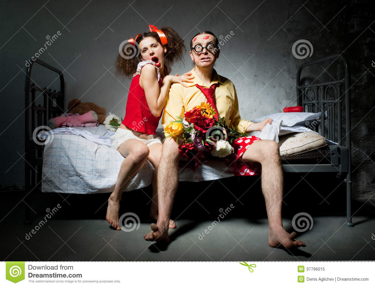 couples amoureux sur le lit photo libre de droits image 37796015. Black Bedroom Furniture Sets. Home Design Ideas