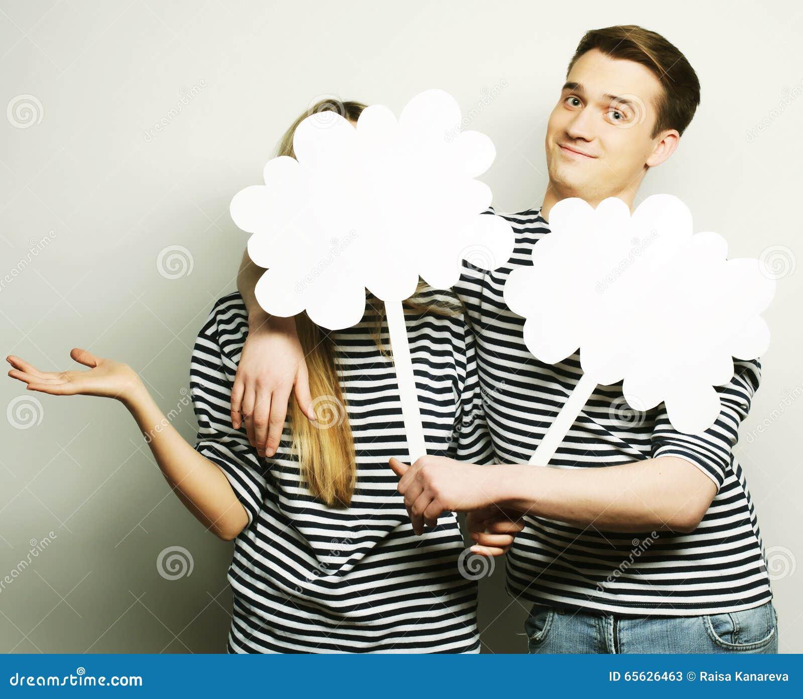 Couples amoureux tenant le papier blanc sur le bâton