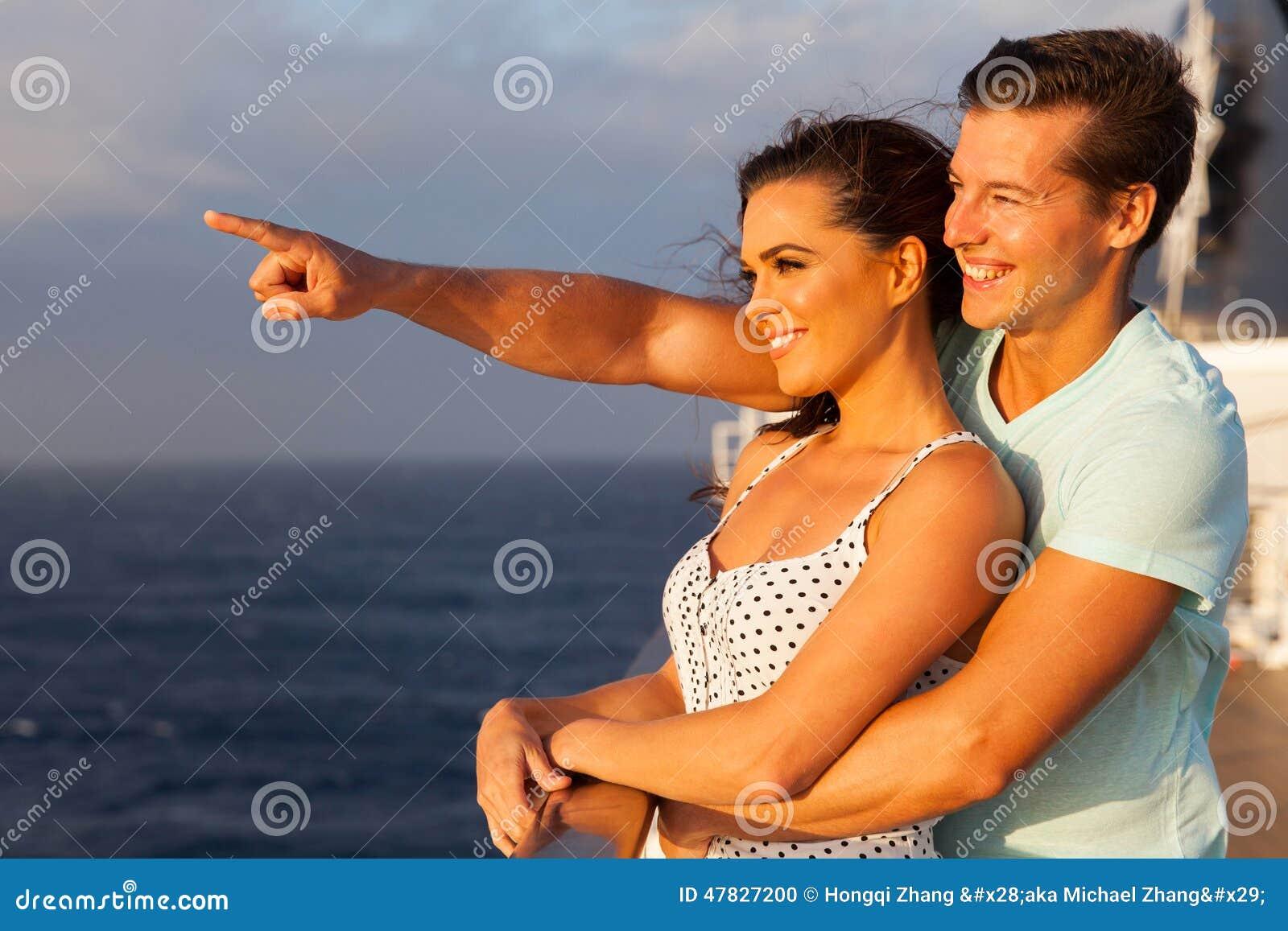 Couples appréciant la croisière