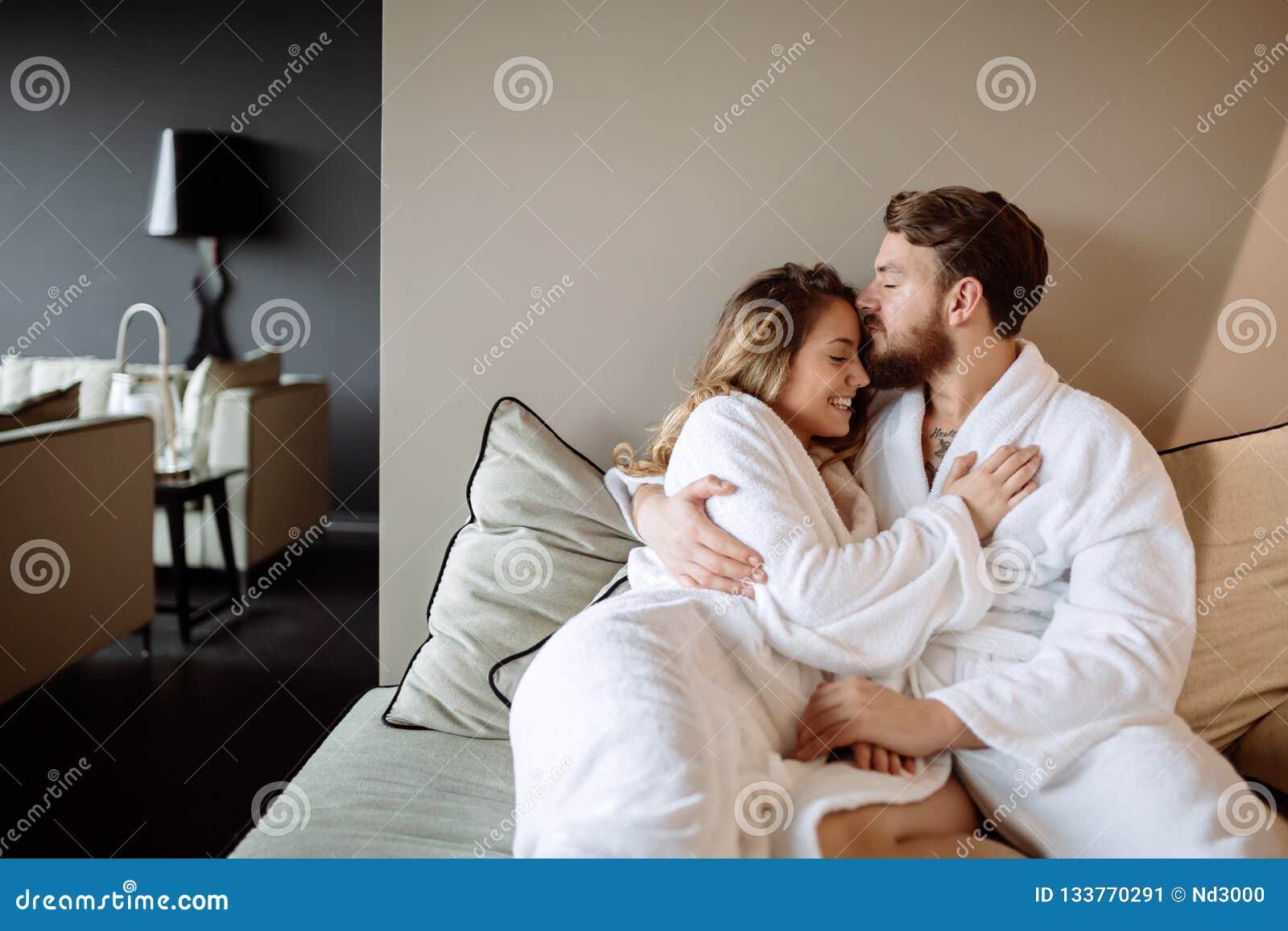 Couples appréciant le week-end de bien-être