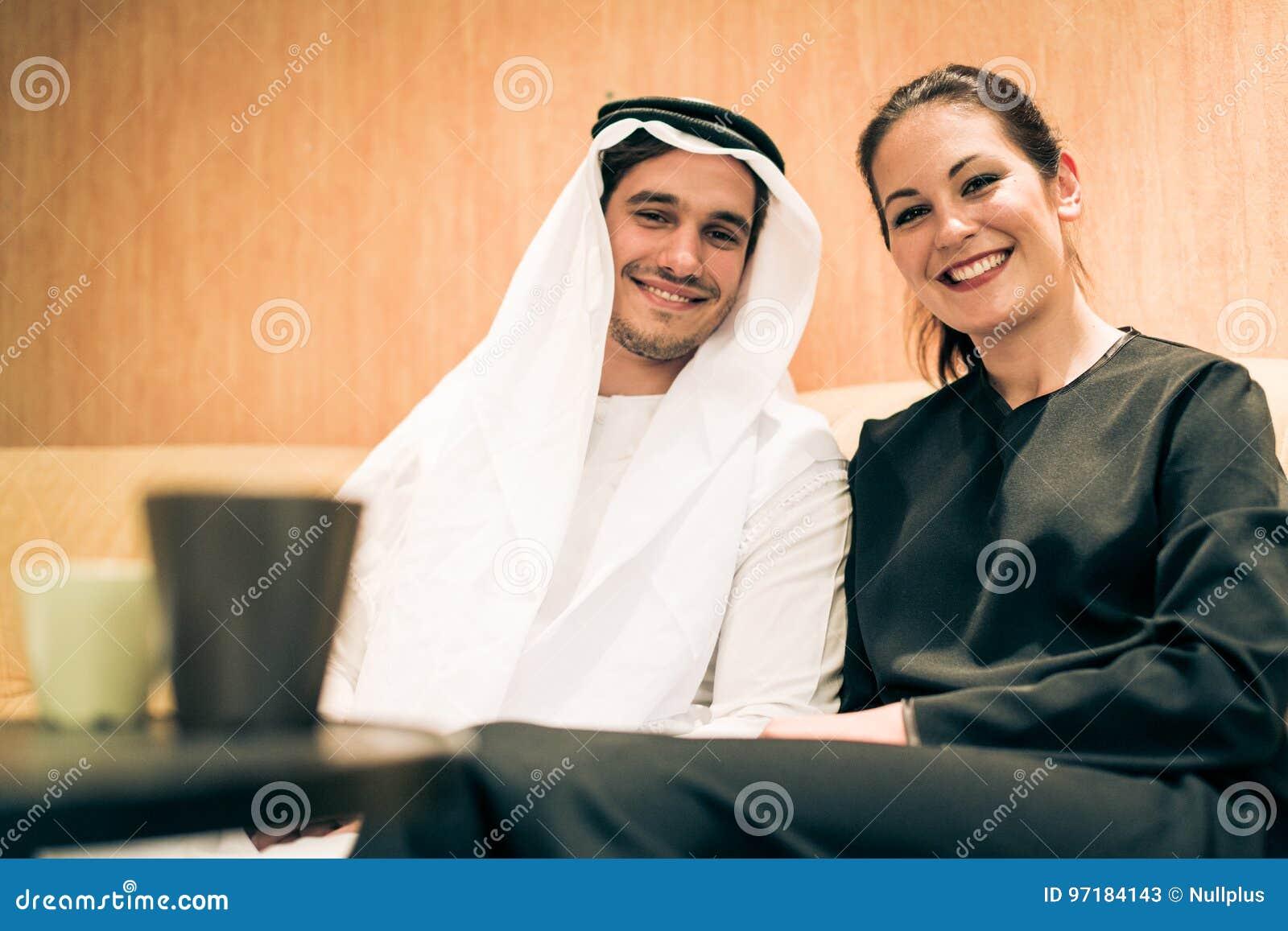 Couple arabe à la maison