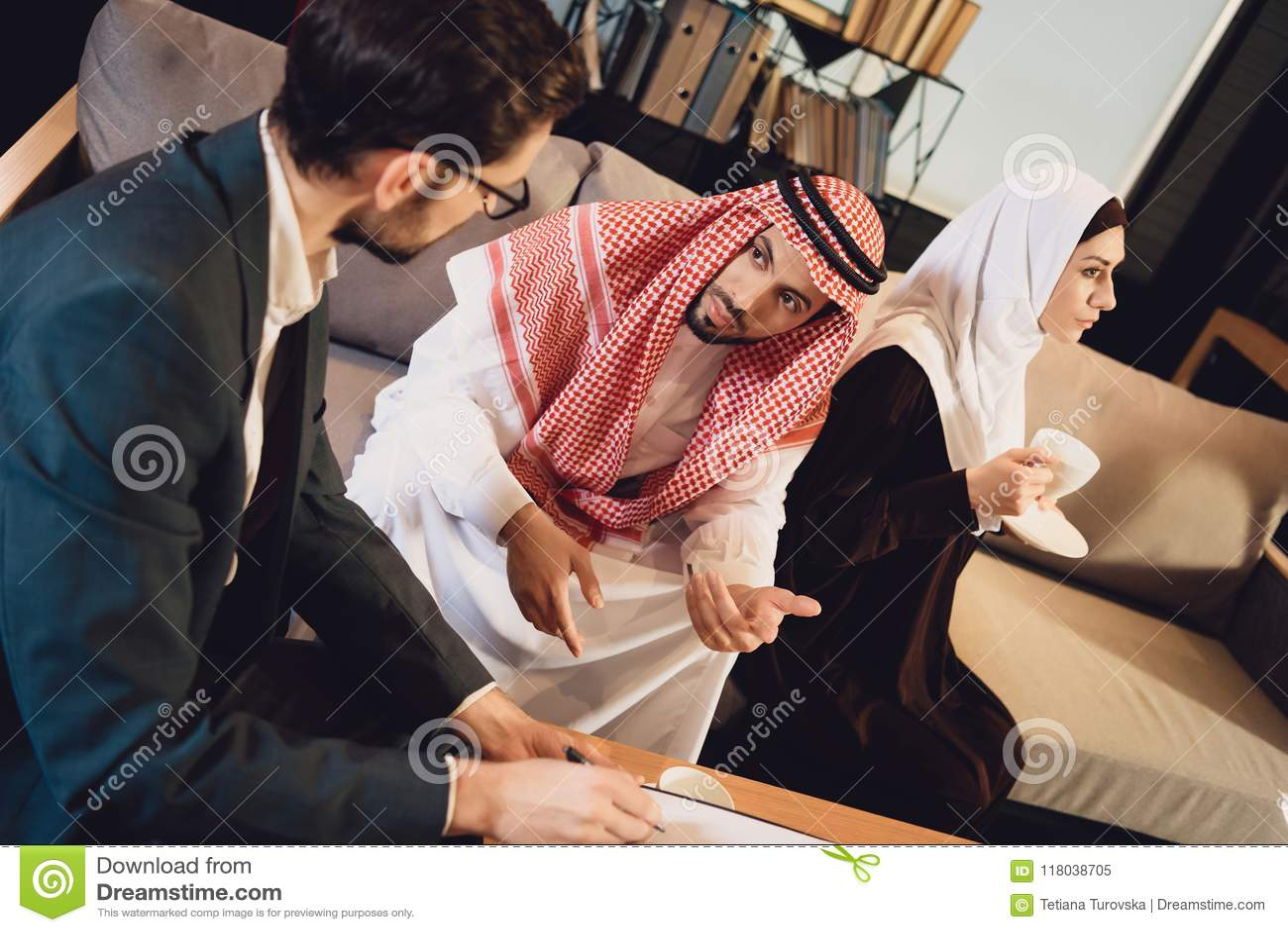 Couples Arabes Mariés à La Réception De Psychologue Image
