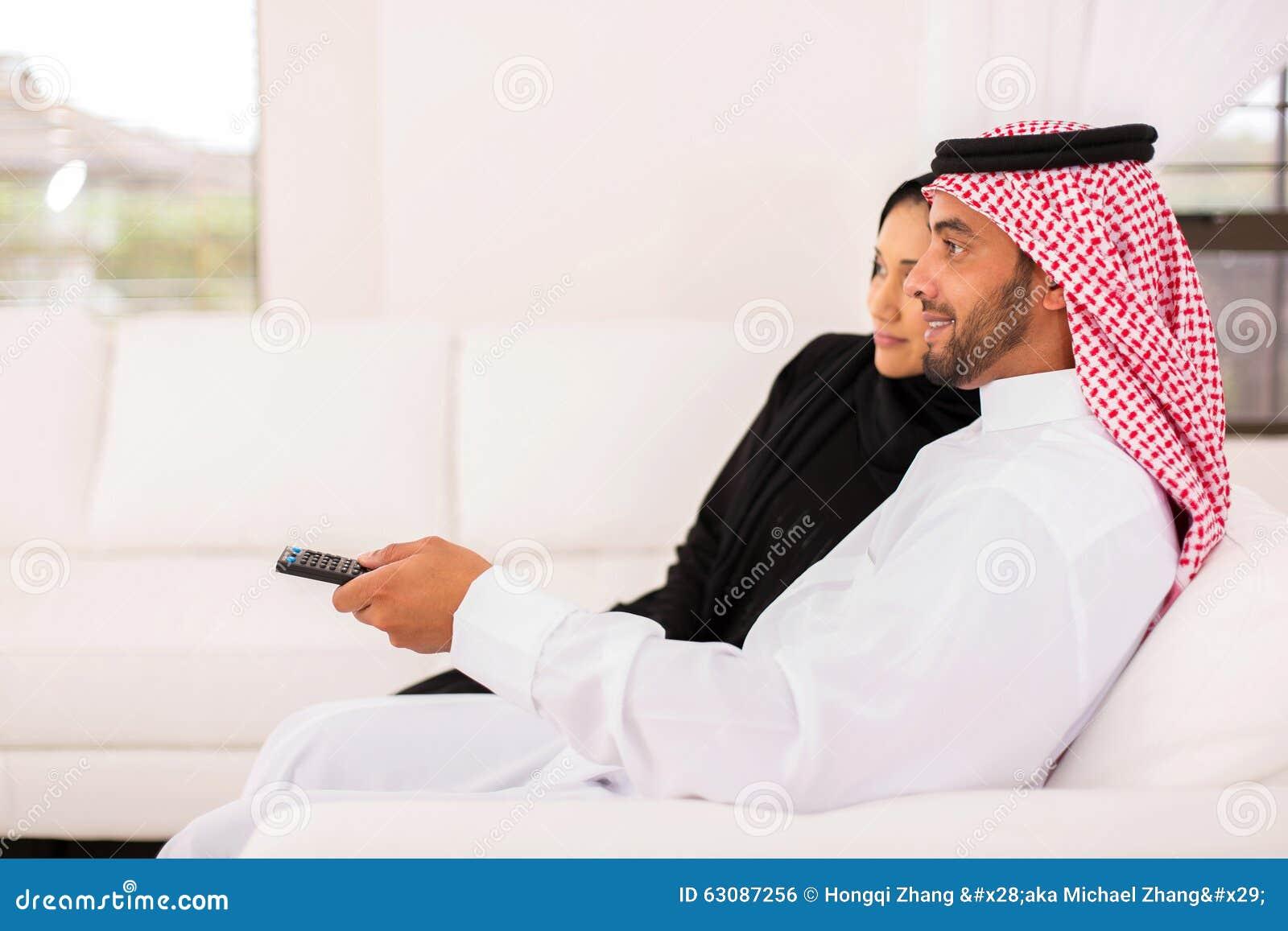 Download Couples Arabes Regardant La TV Photo stock - Image du rapport, femelle: 63087256