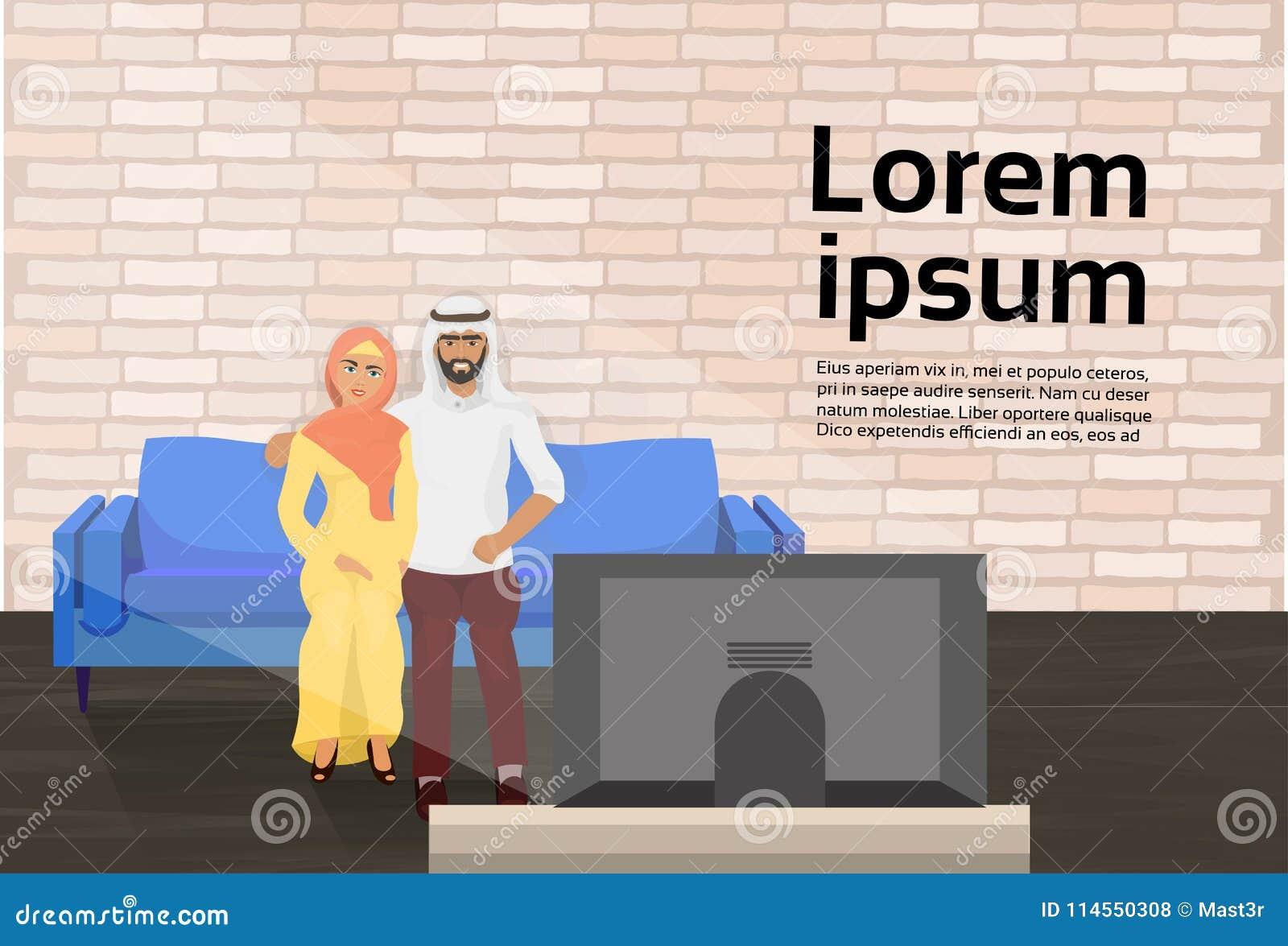 Couples Arabes Se Reposant Sur Le Divan Dans Le Salon ...