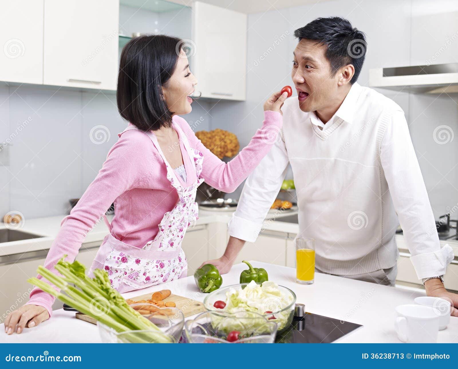 couples asiatiques dans la cuisine photos stock image 36238713. Black Bedroom Furniture Sets. Home Design Ideas