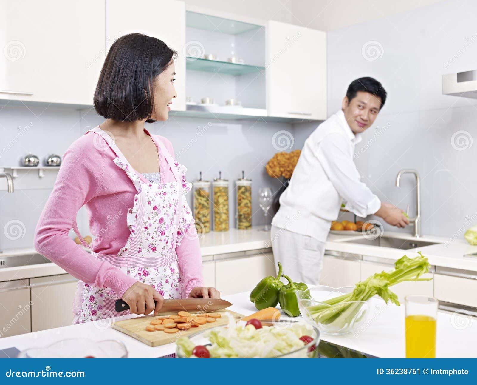 couples asiatiques dans la cuisine image stock image du effectuer famille 36238761. Black Bedroom Furniture Sets. Home Design Ideas