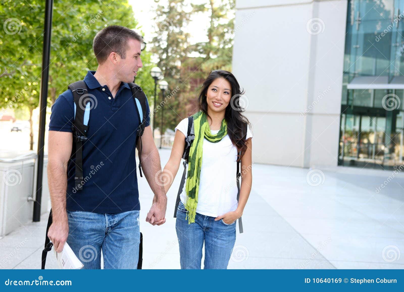 Couples attrayants à la bibliothèque d école