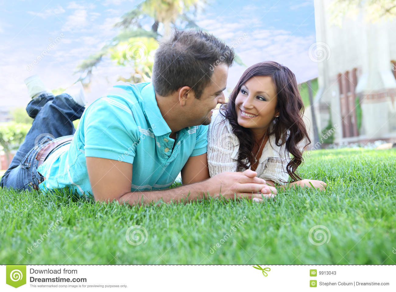 Couples attrayants sur l herbe