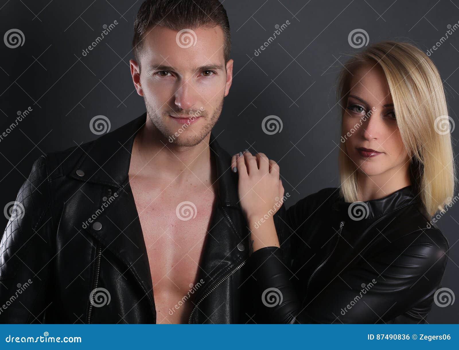 Couples attrayants utilisant une veste en cuir noire