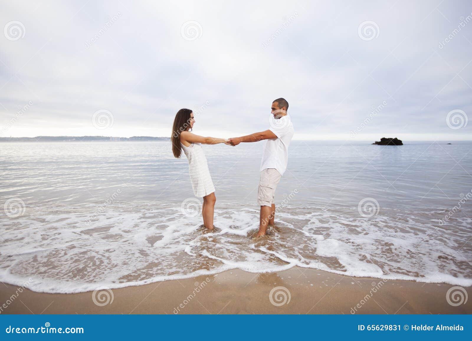 Couples ayant l amusement à la plage