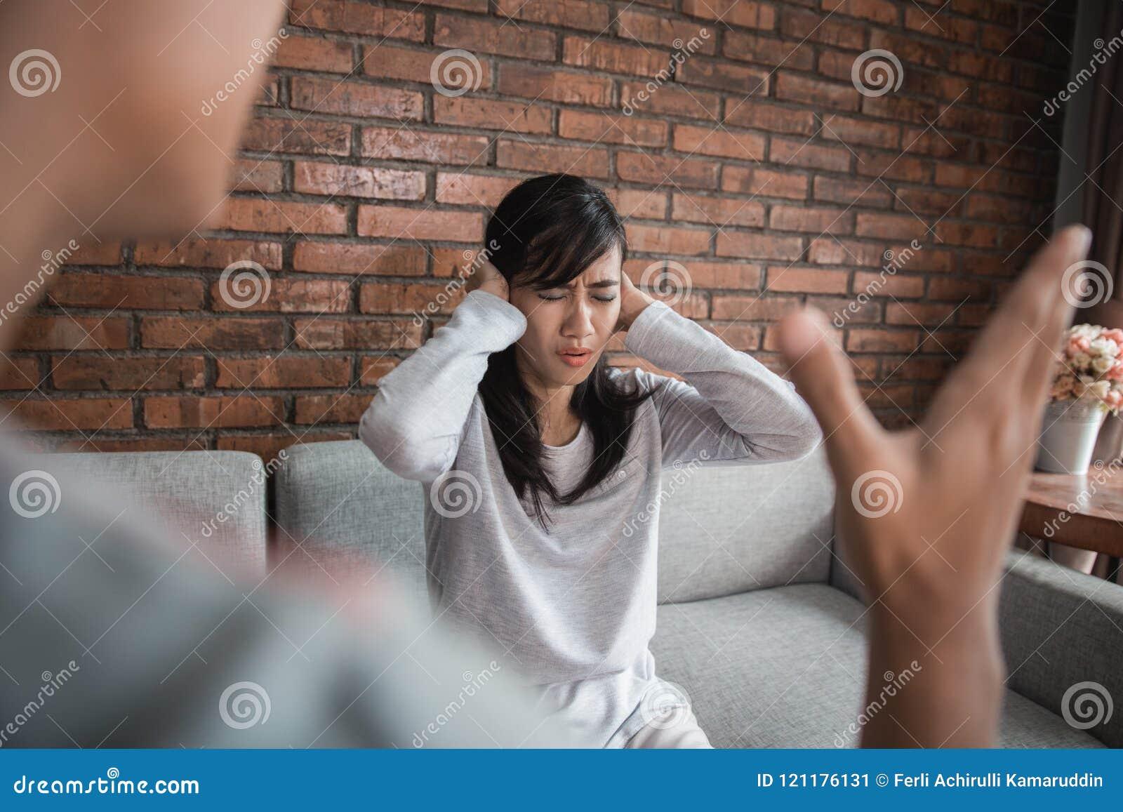 Couples ayant l argument sur le divan