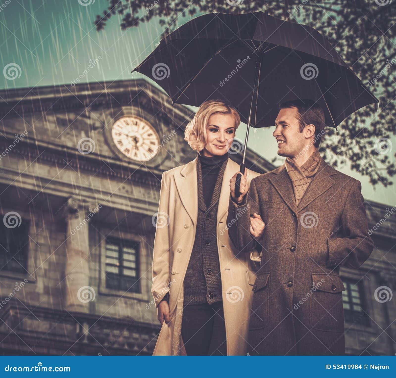 Couples bien habillés élégants dehors