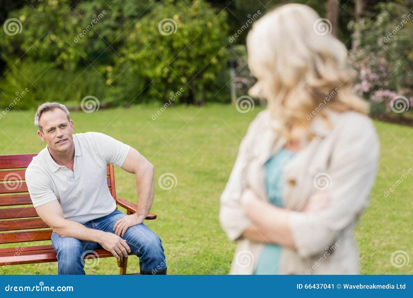 Couples bouleversés ayant un argument
