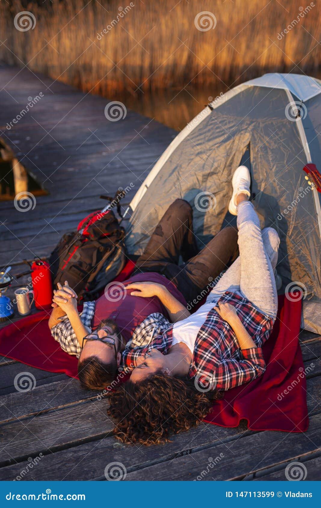 Couples campant aux docks