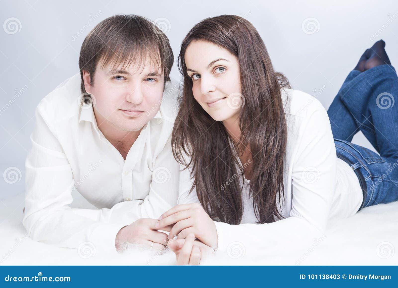 Couples caucasiens heureux et positifs ayant le temps ensemble communiquer