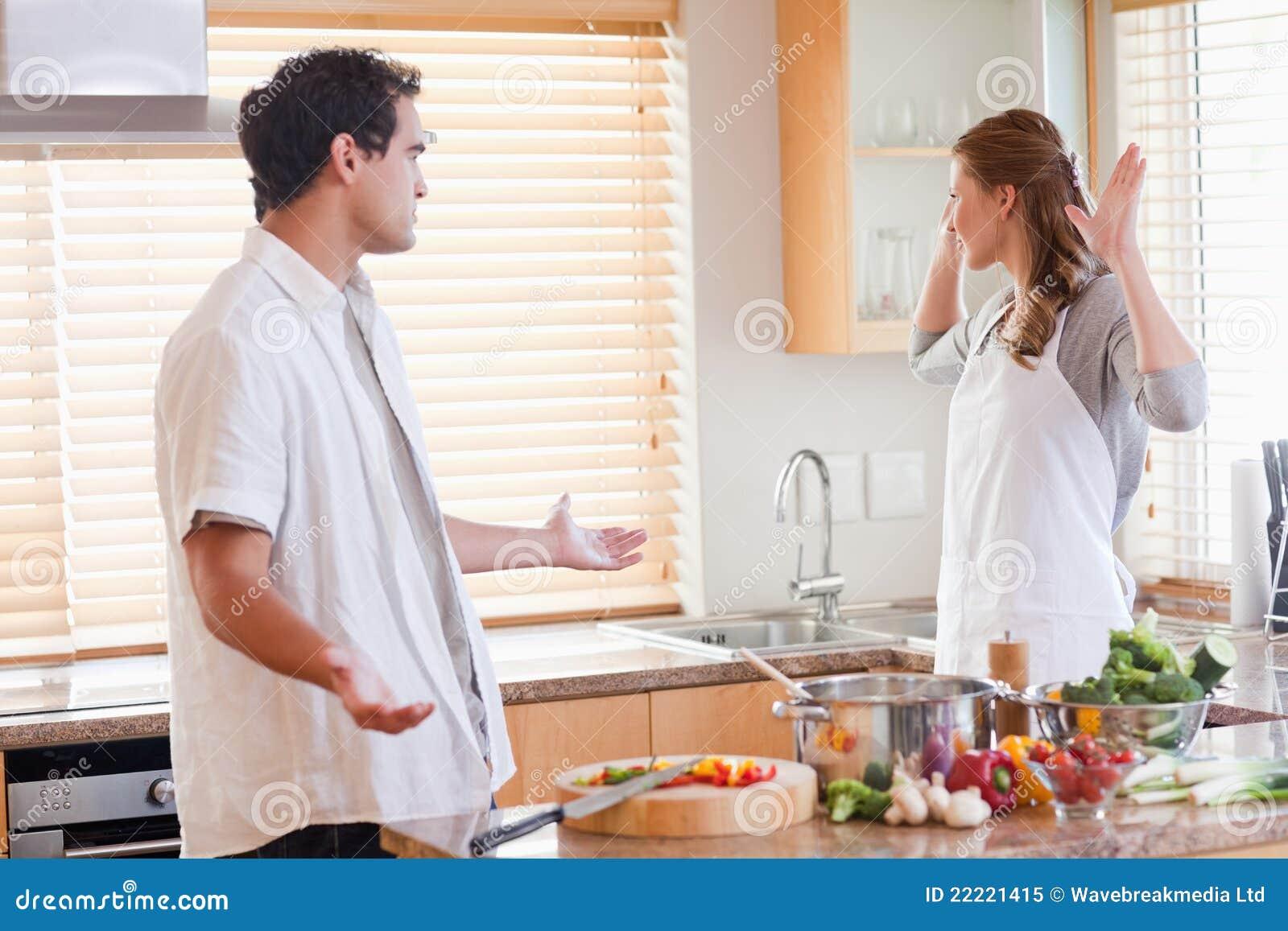 Couples contestant dans la cuisine