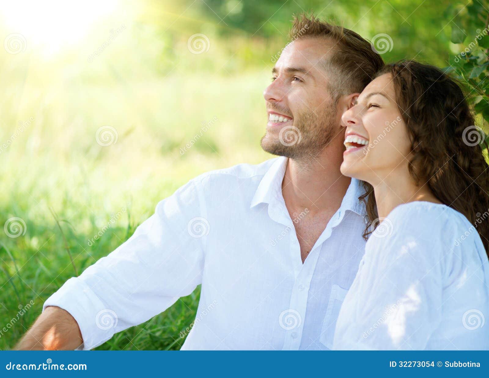 Couples détendant en parc