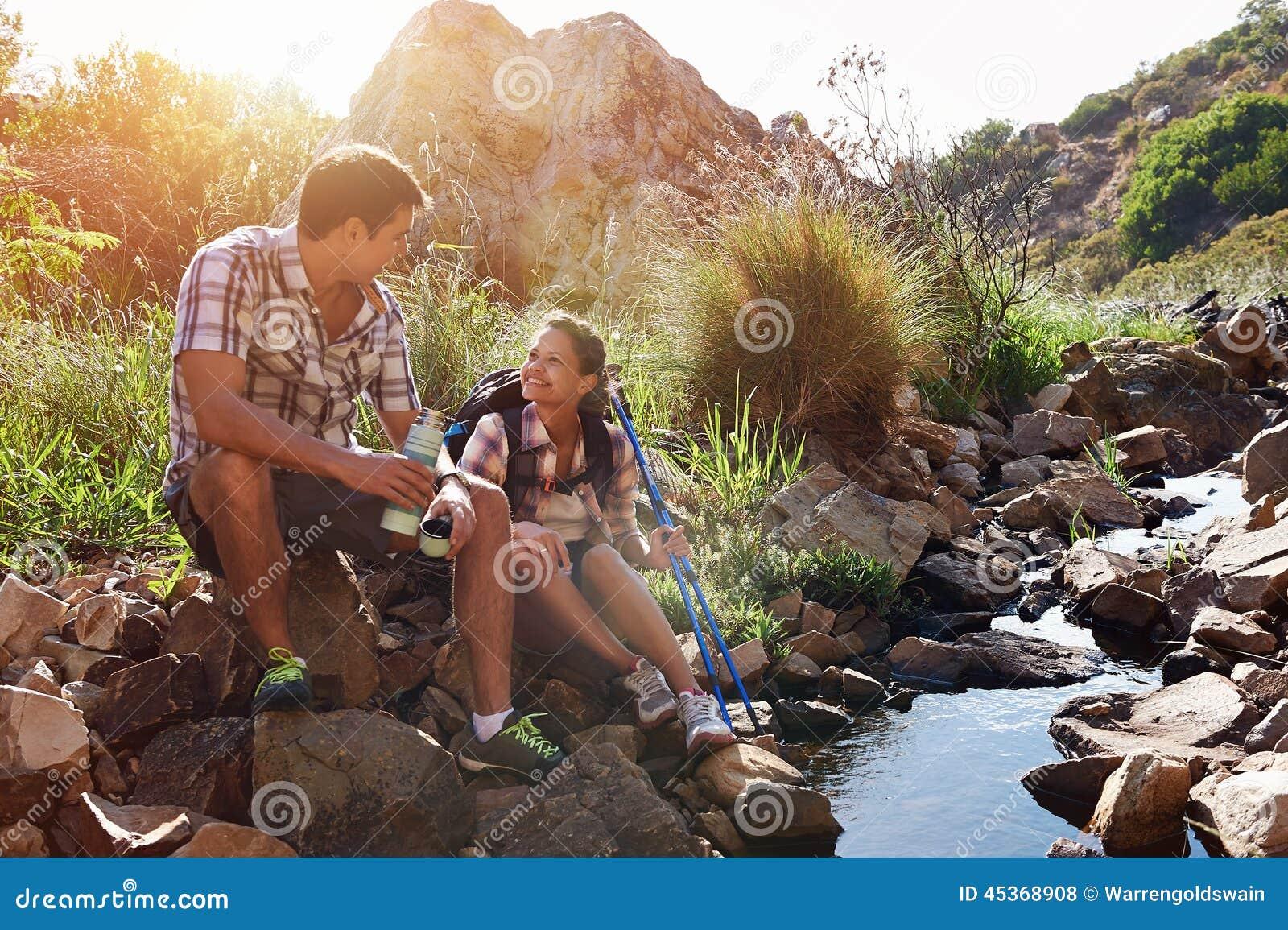 Couples détendant leur jour de hausse
