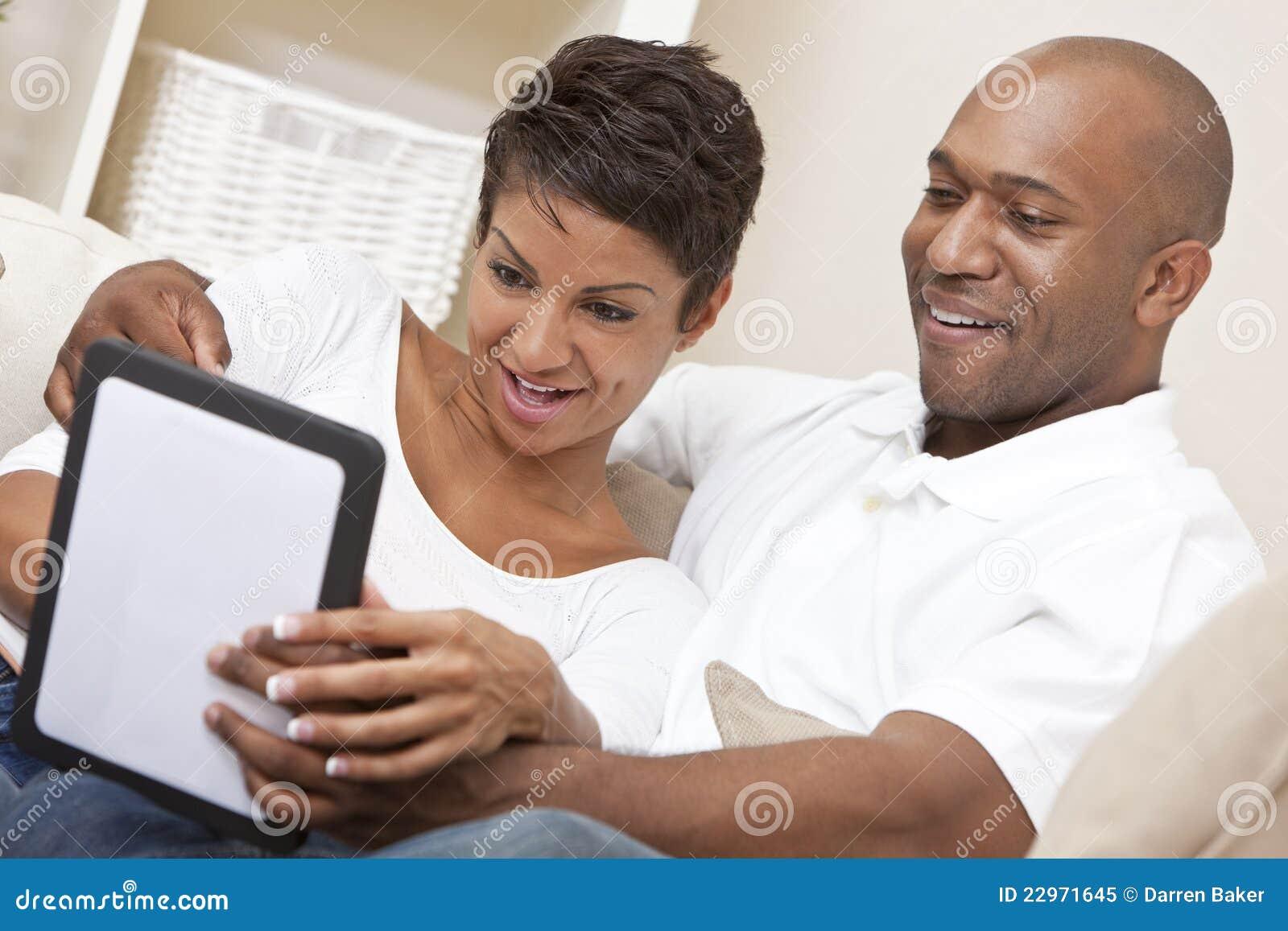 Couples d Afro-américain utilisant l ordinateur de tablette