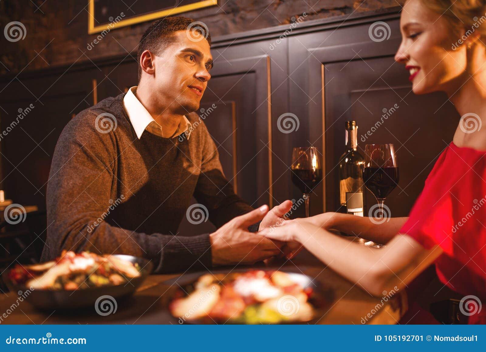 Couples d amour dans le restaurant, soirée romantique