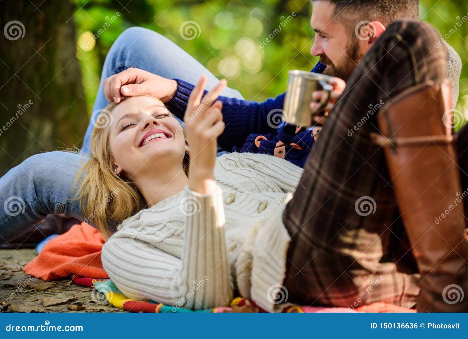 Couples dans des touristes d amour détendant sur la couverture de pique-nique Pique-nique de week-end de vacances campant et augm