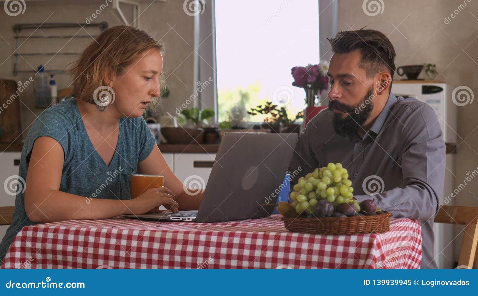 Couples dans l amour à la maison